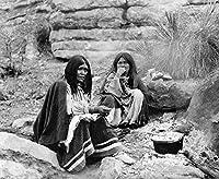 Apache レディース C1903 Ntwo Apache Women Seated Near A Cooking Fire Photograph 作者: Edward Curtis C1903 ポスタープリント(24 x 36)