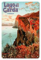 22cm x 30cmヴィンテージハワイアンティンサイン - ガルダ湖 - トレモージネ、イタリア - ビンテージな鉄道旅行のポスター によって作成された エットーレ・エリオ・シメネス c.1920s