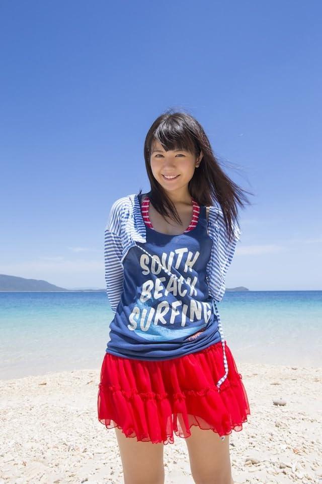 青い空と海をバッグにした竹達彩奈