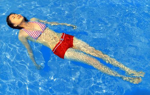 プールに浮かぶ南沢奈央