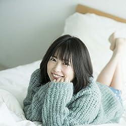 志田未来の人気壁紙画像 セーターを着てベッドでゴロゴロ