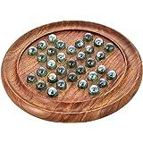 ガラスのビー玉と木材でのゲームソリティアボード