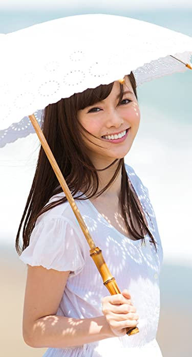 乃木坂46  iPhone/Androidスマホ壁紙(890×1590 or 854×1590)-1 - 日傘を差して浜辺を歩く白石麻衣さん