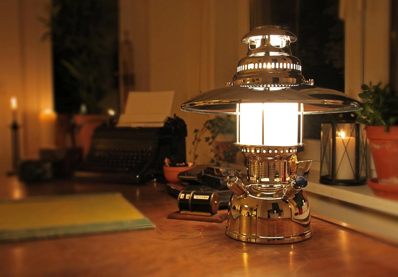 室内にペトロマックスの灯油ランタンでムーディな夜