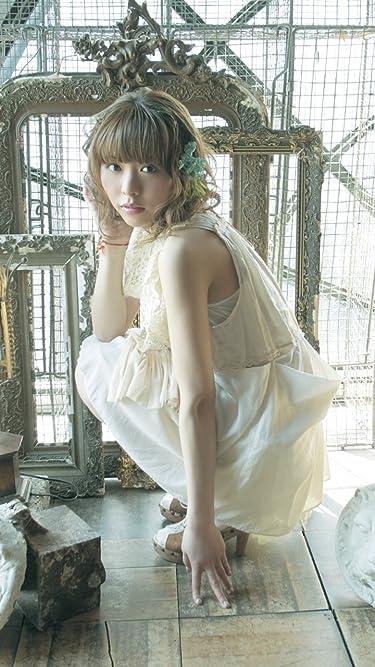 女性声優 - 額縁の前でしゃがみ込みこちらを見つめる声優の豊崎愛生さん