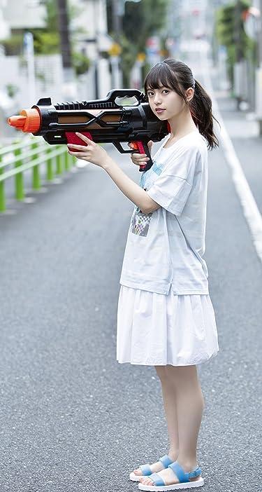 乃木坂46  iPhone/Androidスマホ壁紙(744×1392)-1 - 齋藤飛鳥 路上で大きな水鉄砲を構える