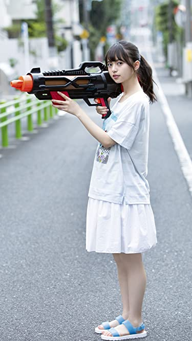 乃木坂46  iPhone/Androidスマホ壁紙(1242×2208)-1 - 齋藤飛鳥 路上で大きな水鉄砲を構える