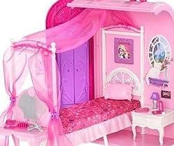 ピンクのベッドはお姫様のような天蓋付き