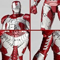 メカニカルなデザインのスーツを緻密な造形で再現